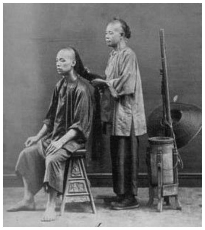 Известная причёска маньчжуров, которые заплетали косу из трех пучков на затылке, оголяя лоб и виски. интересное, история, китай, фото