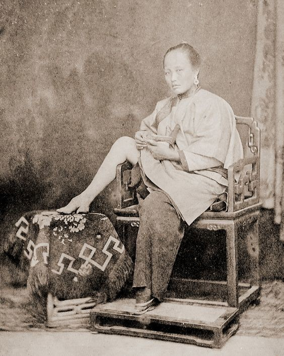 """Знаменитые китайские """"лотосовые ножки"""" - тугое бинтование стоп приводило к их сильнейшей деформации до такой степени, что девушка не могла ходить. Считалось, что красота женщины это, прежде всего, очень маленькая ножка. интересное, история, китай, фото"""