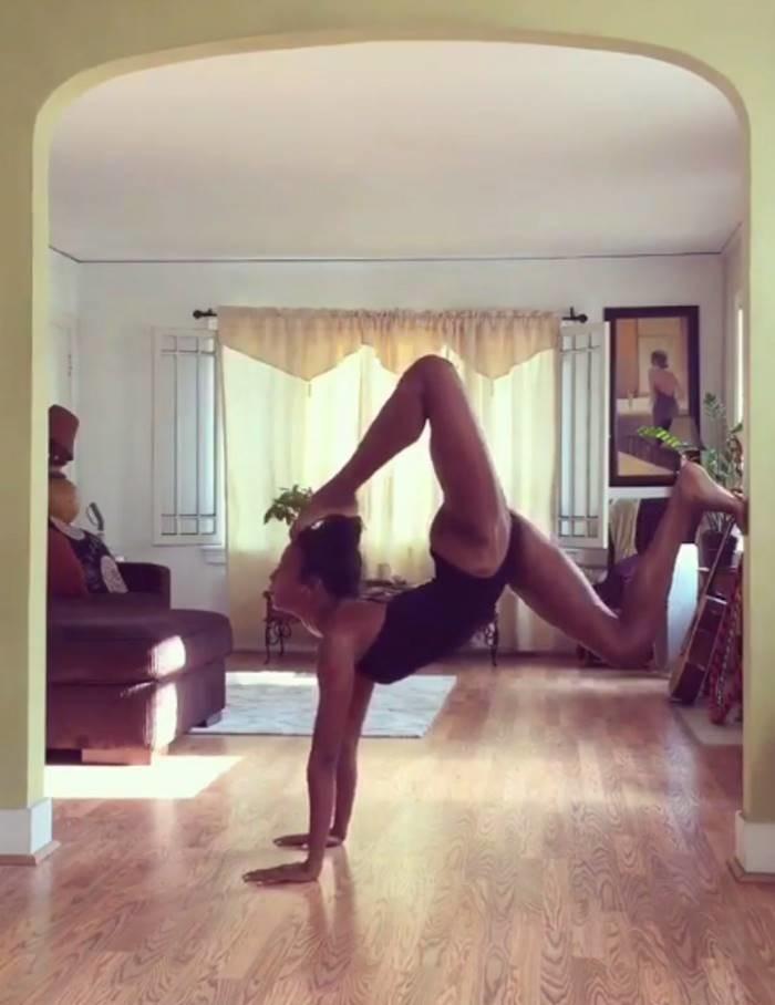 47-летняя Наоми Кэмпбелл продемонстрировала ошеломляющую йогу возраст, йога, красота, модель, наоми кэмпбелл, тело, фигура