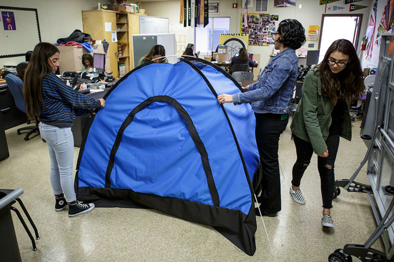 Школьницы создали палатку на солнечных батареях, чтобы помочь бездомным изобретение, палатка, полезная вещь, солнечные батарейки, ученицы, школьницы
