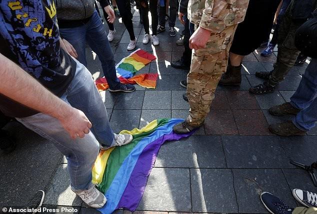 """Во время шествия националисты отобрали у участников символ - """"радужный флаг"""" и сожгли его активисты, гей парад, демонстрация, лгбт, меньшинства, украина, фото, шествие"""