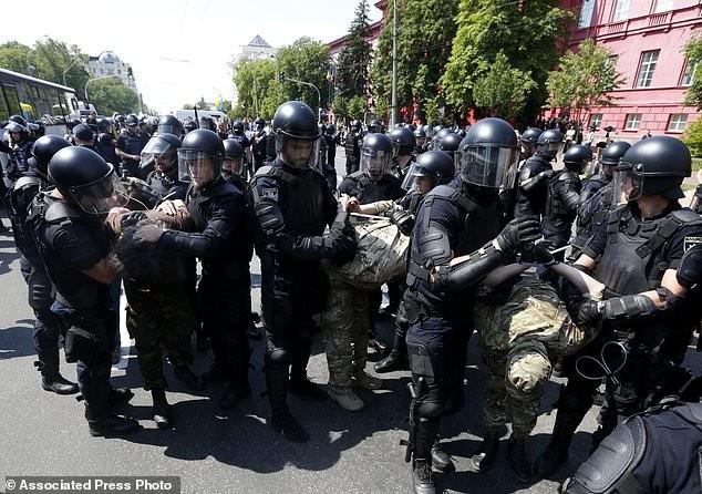 В столице Украины прошел многотысячный гей-парад активисты, гей парад, демонстрация, лгбт, меньшинства, украина, фото, шествие