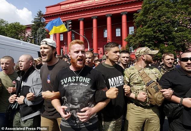 Противники гей-парада выкрикивали лозунги и бросали в его участников петарды активисты, гей парад, демонстрация, лгбт, меньшинства, украина, фото, шествие