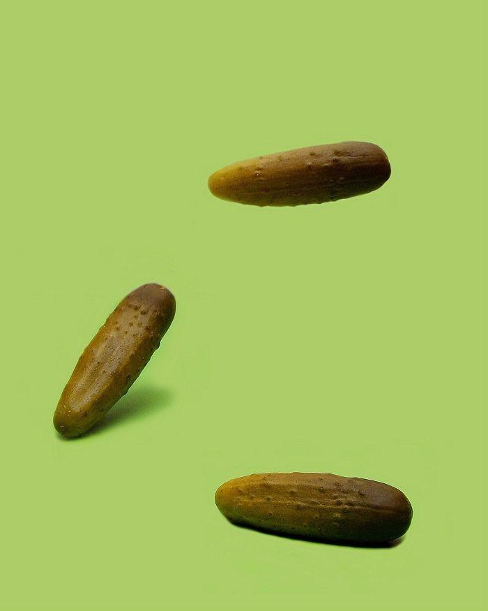 8. В Коннектикуте, чтобы соленые огурчики имели право называться солеными огурчиками, они должны подпрыгивать при их бросании в мире, закон, люди, нелепость, прикол, сша, юмор