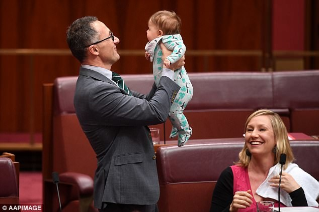 Сенатор покормила ребёнка грудью во время заседания парламента австралия, грудное вскармливание, дети, женщина, кормление грудью, парламент, сенатор, фото