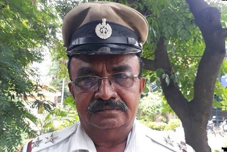 В Индии полицейский пропустил скорую вперёд президентского кортежа авто, индия, коп, кортеж, полицейский, президент, скорая, скорая помощь