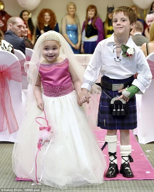 """Главным желанием смертельно больной девочки стала """"свадьба"""" с лучшим другом болезнь, дети, друзья, заболевание, рак, свадьба, трогательно, фото"""