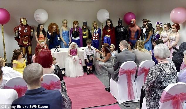 Трогательная церемония прошла в окружении семьи, друзей, множества костюмированных супергероев и принцесс болезнь, дети, друзья, заболевание, рак, свадьба, трогательно, фото
