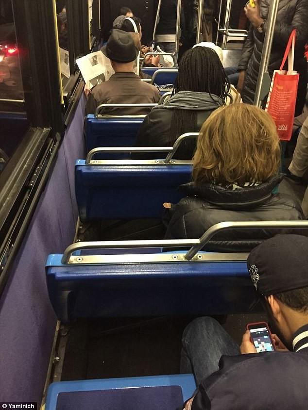 Раздражают пассажиры, которые в одиночку занимают два сиденья бесит, мелочи жизни, нервирует, пустячок а неприятно, раздражает, смешно, фото