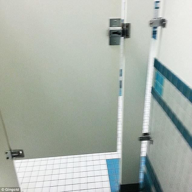 Очень раздражают туалетные кабинки, открытые снизу едва ли не наполовину бесит, мелочи жизни, нервирует, пустячок а неприятно, раздражает, смешно, фото
