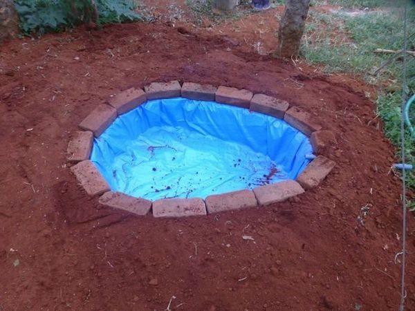Землю из ямы равномерно раскидываем рядом (на высоту кирпичей) благоустройство участка, дача, идея для дачи, как сделать, пруд своими руками, прудик