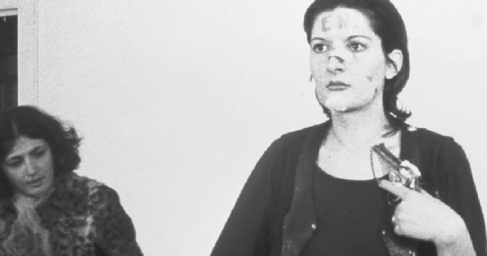 Один мужчина использовал лезвие, чтобы сделать у нее на шее надрез Марина Абрамович, люди, художница, эксперимент