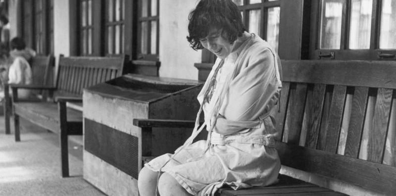 Считалось, что лучший способ успокоить больного - это связать его медицина прошлого, психбольница, психдиспансер, психиатрическая больница, психиатрическая клиника, психиатрические байки, психиатрические лечебницы, ретро фотографии