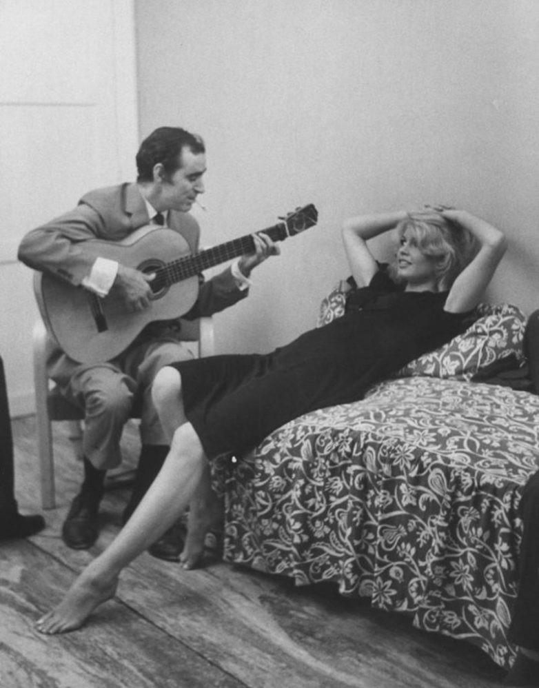 Шахнур Вахинак Азнавурян, более известный как Шарль Азнавур, исполняет песню Брижит Анн–Мари Бардо, более известной как Брижит Бардо. знаменитости, история, фото
