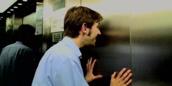 Мужику очко парень с женщиной застряли в лифте порно