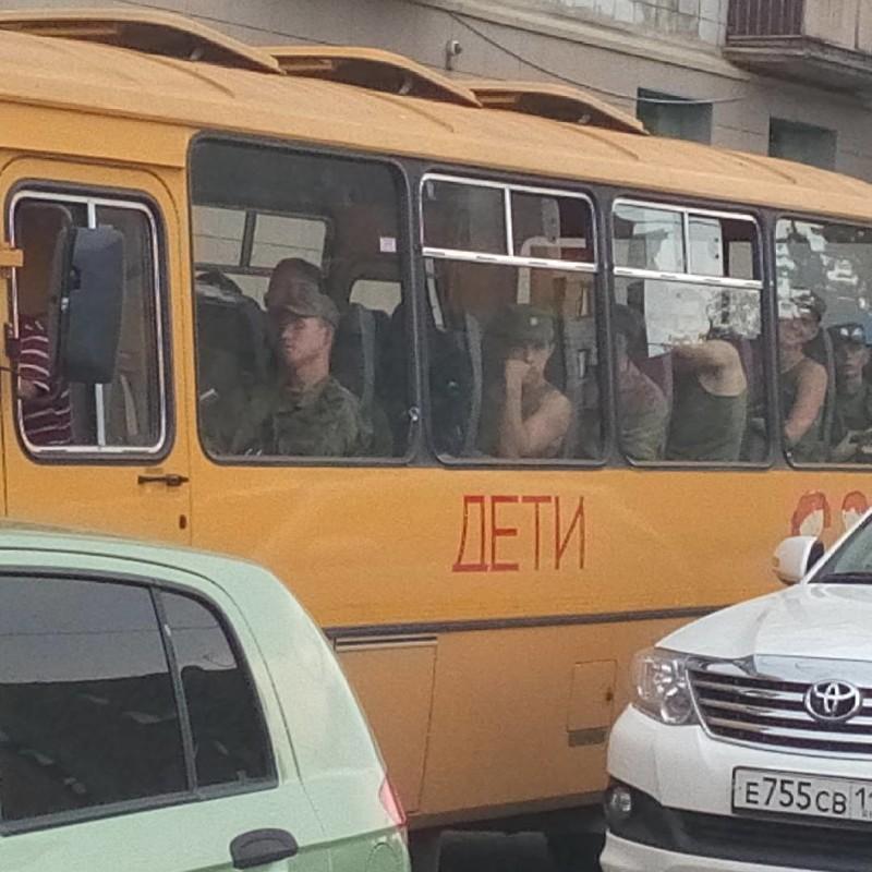 Служба в армии начинается с пути к месту службы. Добраться можно разными способами: на автобусе… армия, казарма, прикол, россия, солдаты, юмор