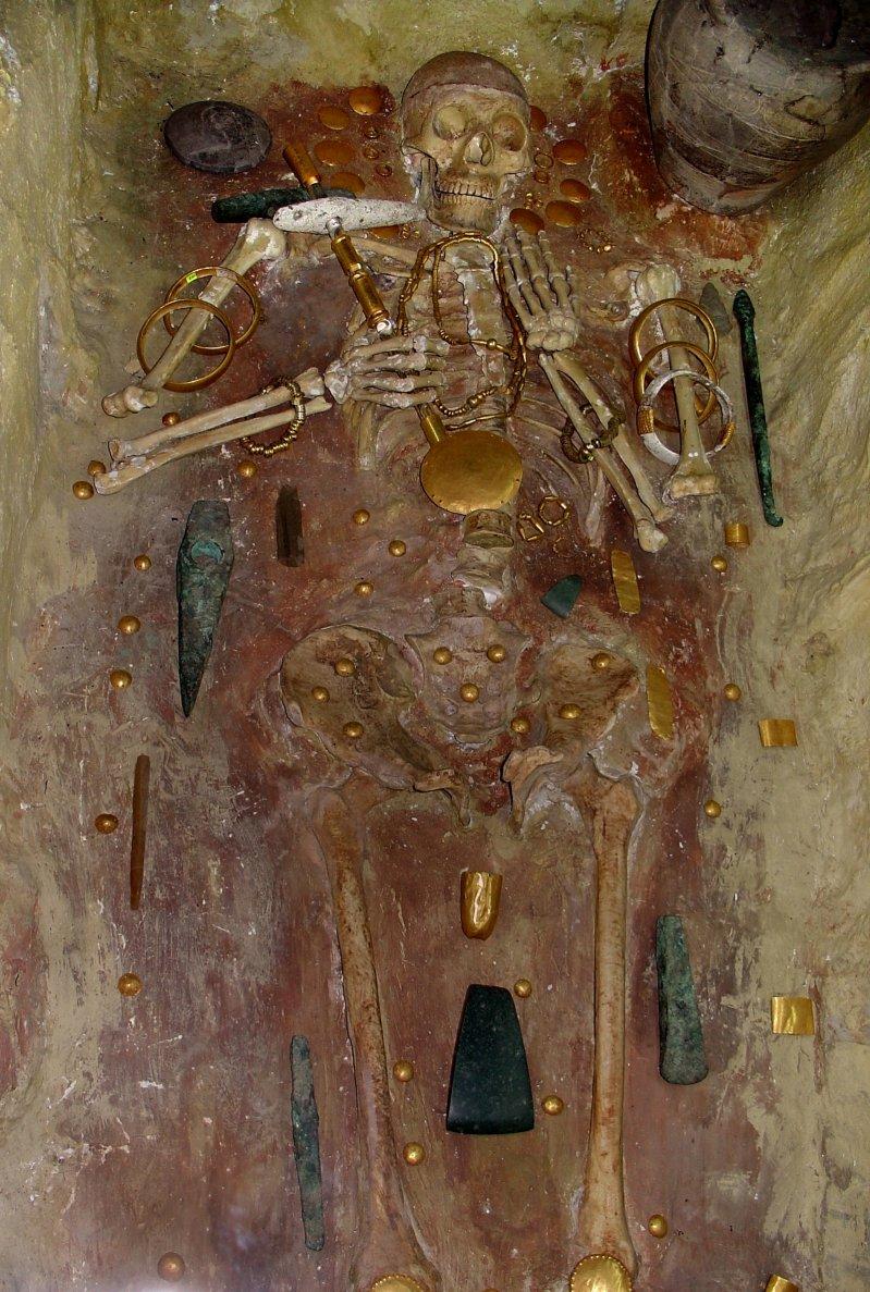 Давайте все же посмотрим фотографию реального погребения в хорошем качестве. археология, гробница, захоронение, золото, интересно, мумия, раскопки, скелет