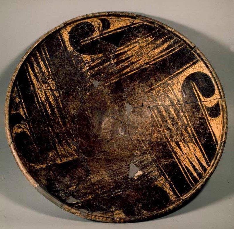 Но вот на этом стоит остановиться - полированное керамическое блюдо. Для росписи узоров безвестный мастер использовал смесь с мельчайшим золотым песком. археология, гробница, захоронение, золото, интересно, мумия, раскопки, скелет