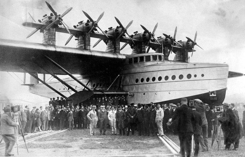 Снимок на память участников проектирования и постройки летающего гиганта. Do-X, Dornier, Дорнье, авиация, воздушная техника, пассажирский самолет, самолет, транспорт