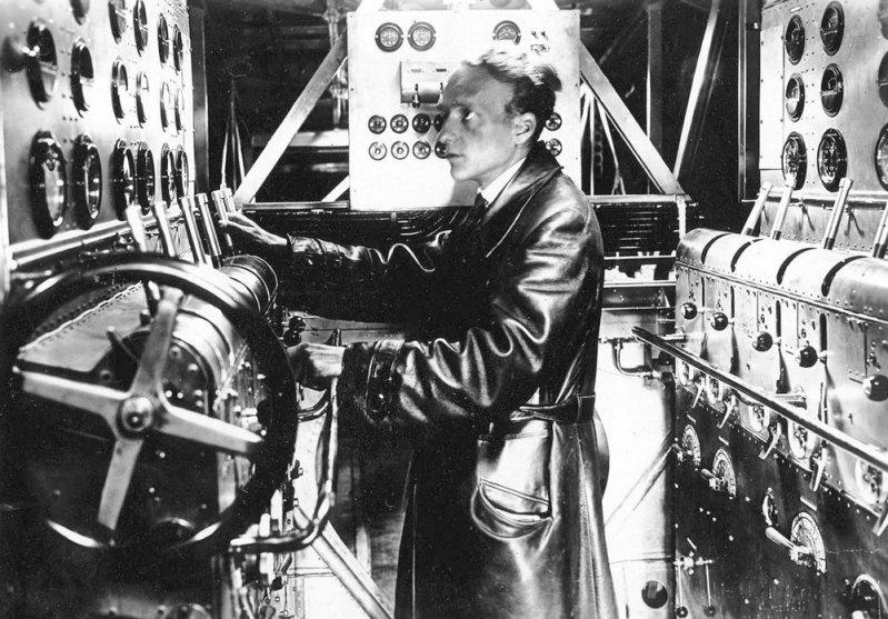 Потому что двигателями управлял и следил за их работой специальный член экипажа - бортинженер-моторист, чье рабочее место находилось в отдельном помещении за пилотской кабиной. Do-X, Dornier, Дорнье, авиация, воздушная техника, пассажирский самолет, самолет, транспорт
