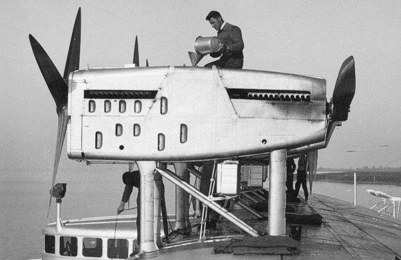 Заливка воды в систему охлаждения. Do-X, Dornier, Дорнье, авиация, воздушная техника, пассажирский самолет, самолет, транспорт