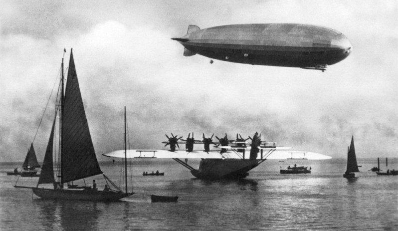 """Встреча двух немецких гигантов - летающей лодки Do-X и дирижабля """"Граф Цеппелин"""". Do-X, Dornier, Дорнье, авиация, воздушная техника, пассажирский самолет, самолет, транспорт"""