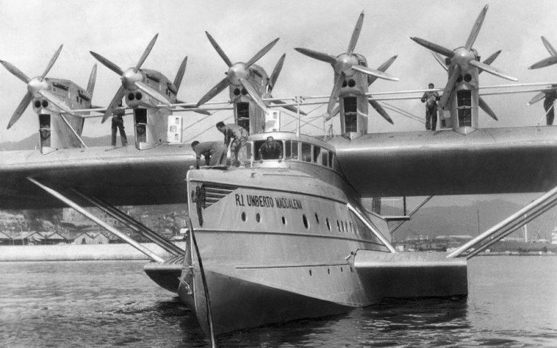 """Носовая часть """"Умберто Маддалены"""" крупным планом. В передних кромках пилонов установлены радиаторы. Do-X, Dornier, Дорнье, авиация, воздушная техника, пассажирский самолет, самолет, транспорт"""