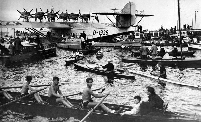 Do-X в окружении катеров и байдарок на берлинском озере Ванзее. Do-X, Dornier, Дорнье, авиация, воздушная техника, пассажирский самолет, самолет, транспорт