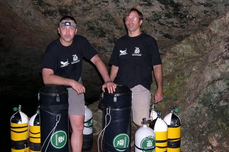 Сиско Грасиа (справа) и спасший его дайвер Бернат Гламор BBC, в мире, дайвер, жизнь, люди, майорка, пещера, спасение