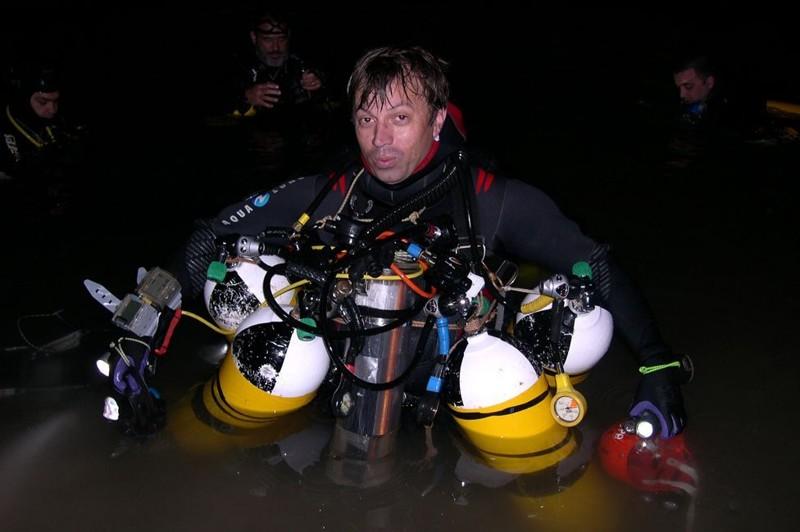 Франсиско Грасиа держит четыре баллона с воздухом - каждого из них хаватает на час работы дайвера под водой BBC, в мире, дайвер, жизнь, люди, майорка, пещера, спасение