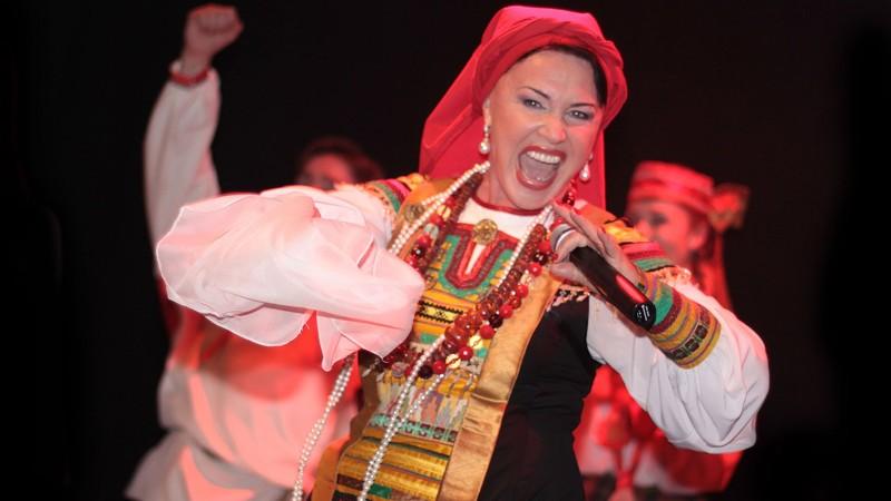 Надежда Бабкина за выступление берет от 500 000 рублей, на сцене при этом будет человек 20 еще плясать зарплаты знаменитостей, звезды, знаменитости, сколько зарабатывают звезды