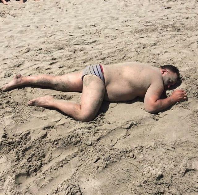 еще загораем на море мужики приколы пляж геленджике окруженный