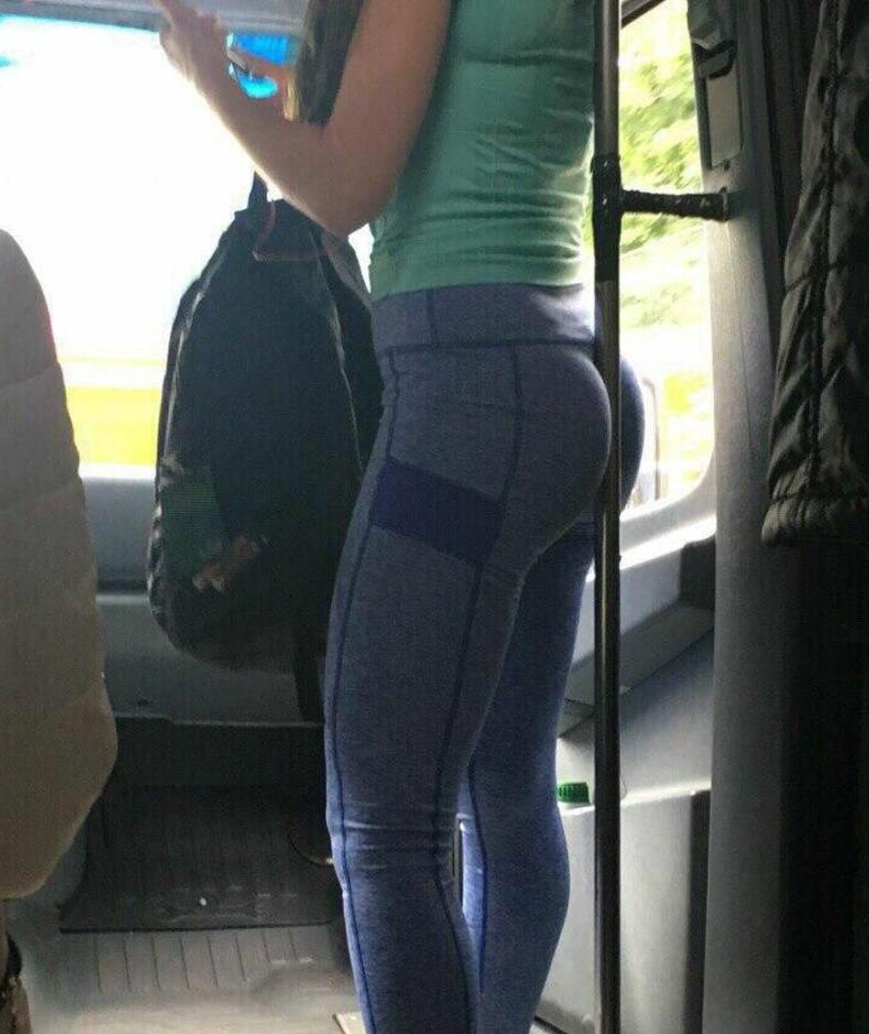 Лосинах в в автобусе женщина