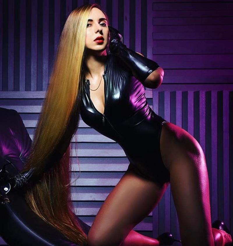"""""""Парикмахеры в восторге, когда видят ваши волосы - даже если вам надо подстричь кончики, готовьтесь к тому, что с вас возьмут больше денег - ведь все манипуляции на длинные волосы стоят гораздо дороже. Я уже молчу про покраситься...."""" волосы, девушка, длинные, интересно, красиво, мода, рапунцель, ужасно"""