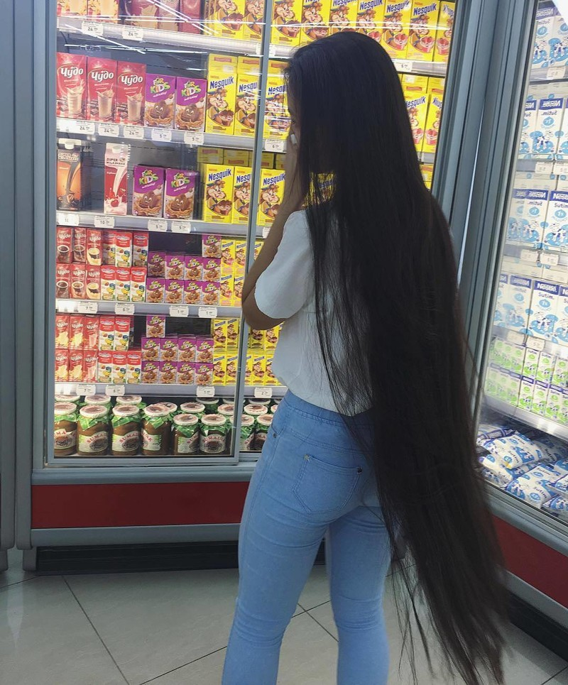 """""""Ваши волосы будут везде. Если вы вдруг вылавливали в супе волосок, то теперь представьте что есть вероятность выловить волос длиной в метр. Меня мама к кухне не допускает, ведь даже в шапочке и сплетенные в косу они всегда норовят куда-то влезть"""" волосы, девушка, длинные, интересно, красиво, мода, рапунцель, ужасно"""