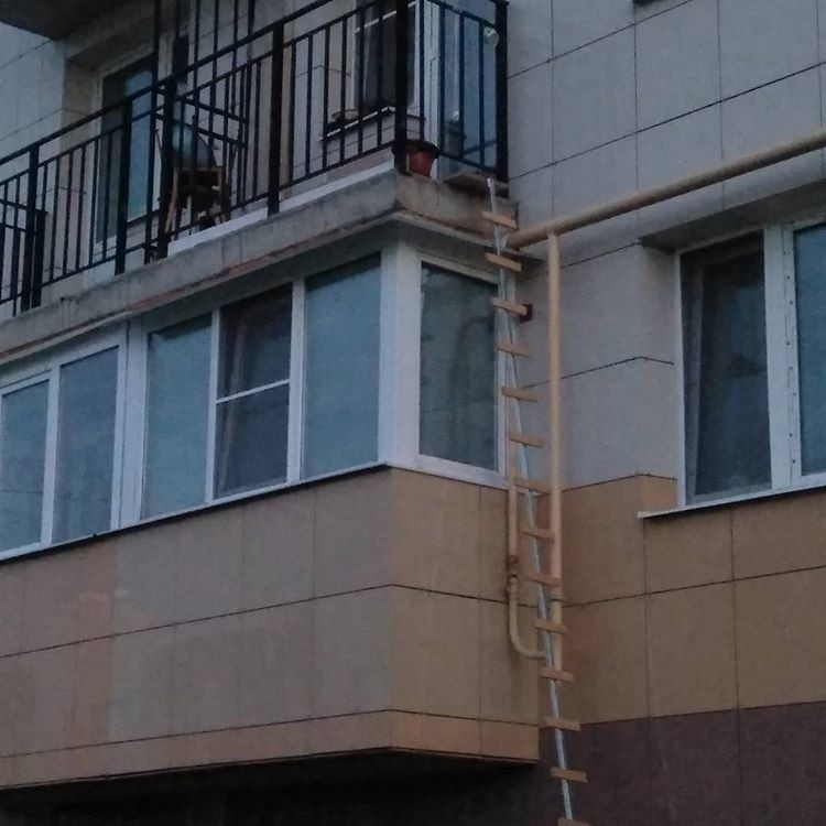 А дальше по трубе и так до 5 этажа двор, забота, кормежка, коты, лестница, прикол