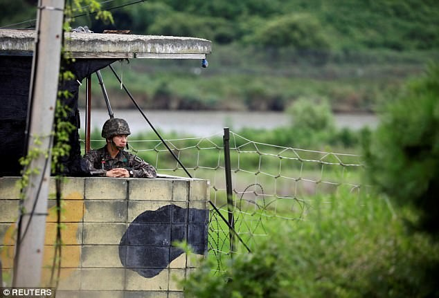 Южнокорейский солдат на посту в демилитаризованной зоне, Пхаджу, Южная Корея кндр, мир, пво, политика, сша, угроза, япония