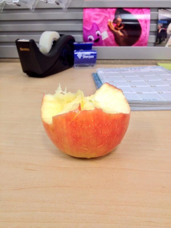 Ешь яблоко сверху вниз. Мало кто знает, что несъедобная часть сердцевины яблока — только в самом-самом низу еда, познавательно, фрукты, хитрости, хранение