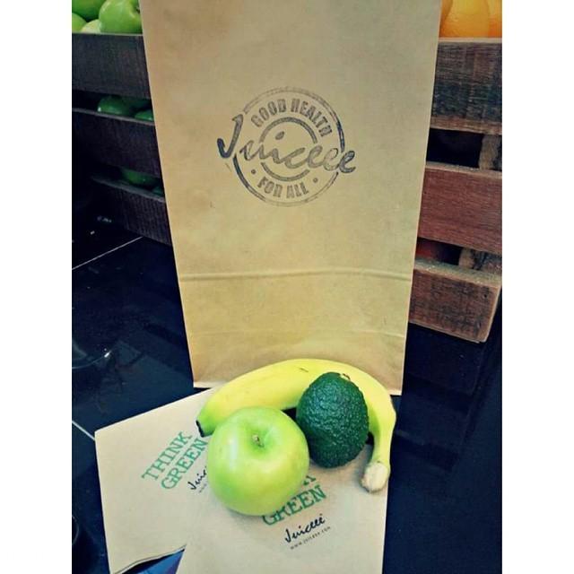 4. Если авокадо слишком долго дозревает, ускорь процесс, поместив его в бумажный пакет с яблоком и бананом еда, познавательно, фрукты, хитрости, хранение