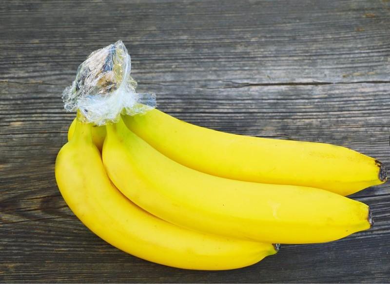 """10. Если обмотать целлофаном """"корни"""" бананов, то они дозревают в разы медленнее еда, познавательно, фрукты, хитрости, хранение"""