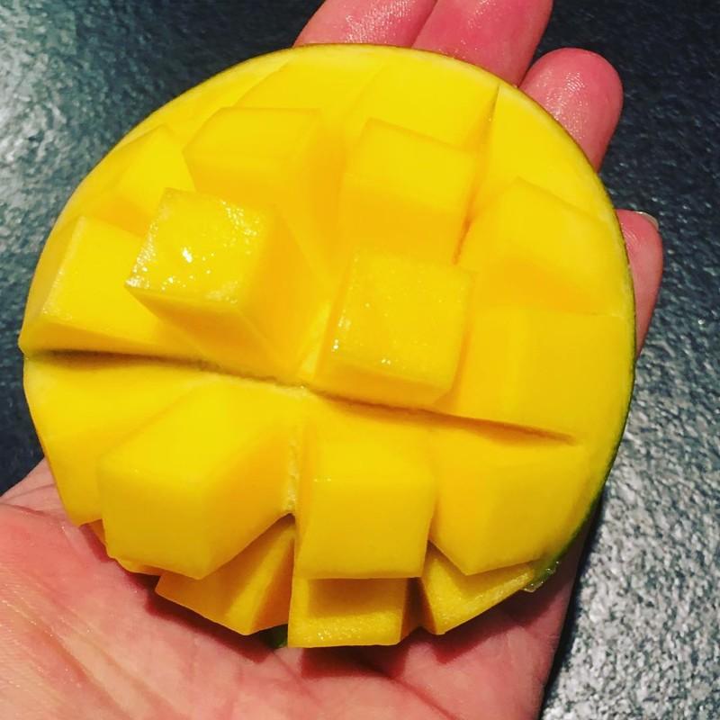 """1. Разрежь манго пополам, порежь кубиками и """"выверни наизнанку"""". Меньше сока на руках, больше удовольствия еда, познавательно, фрукты, хитрости, хранение"""