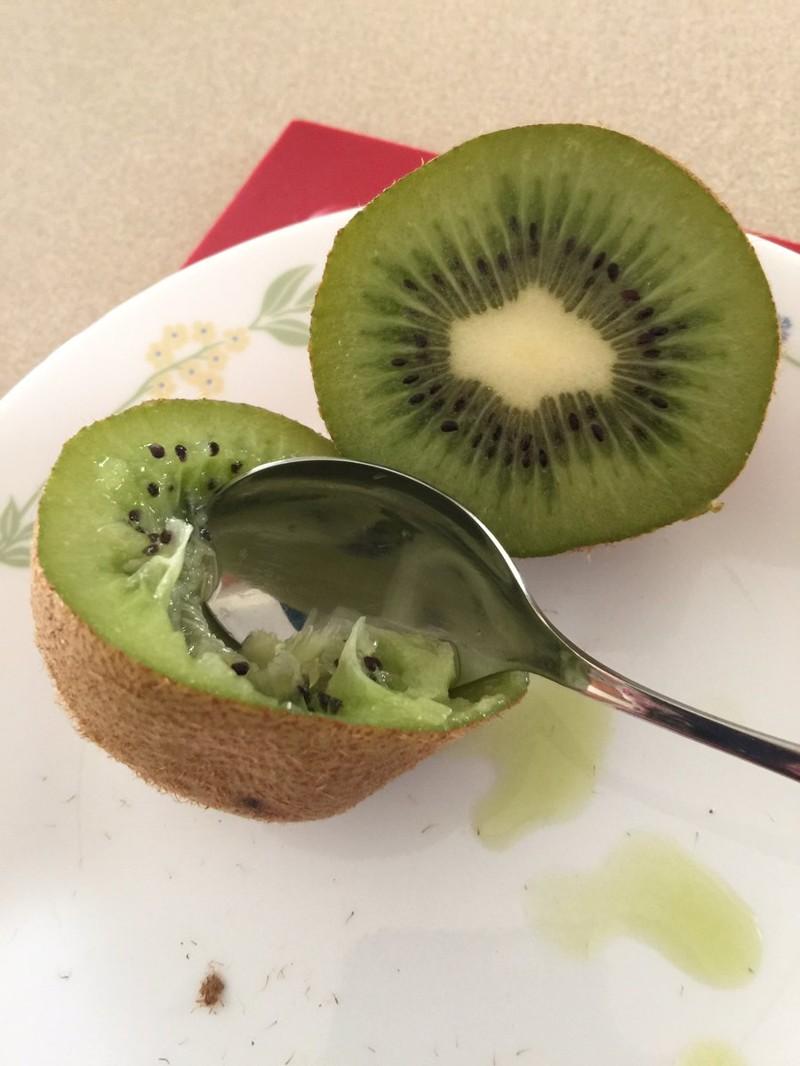 13. Киви просто разрежь пополам и ешь ложкой еда, познавательно, фрукты, хитрости, хранение