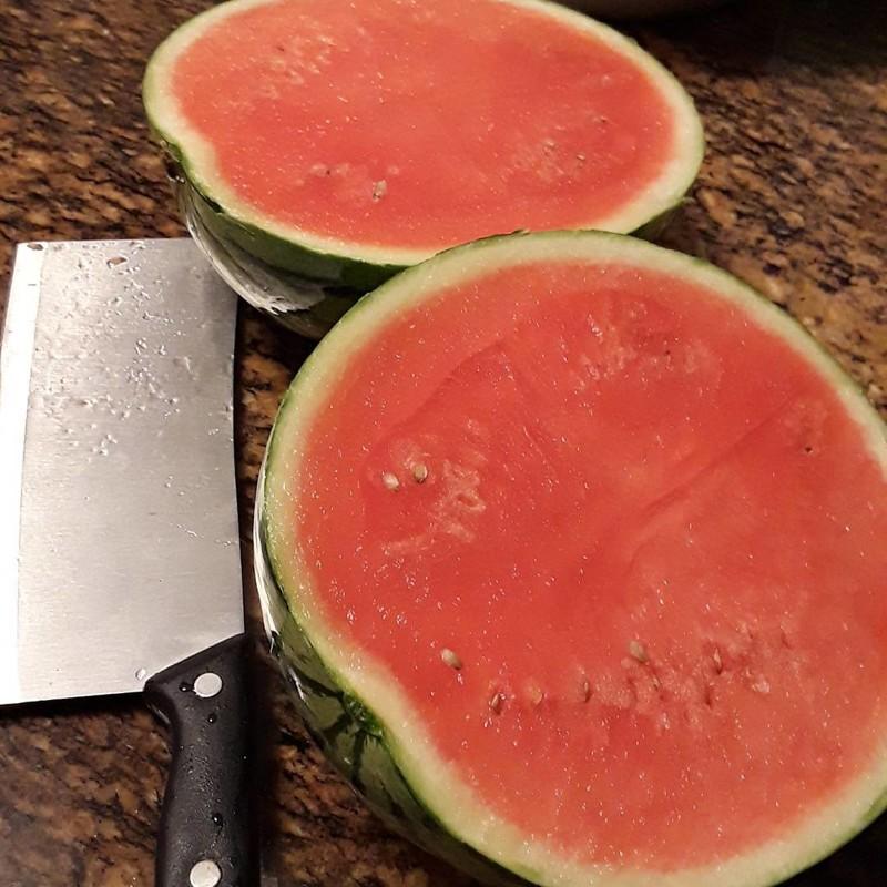 """15. Простой способ определить спелость арбуза — посмотреть на его """"животик"""", то есть нижнюю точку. Если она желтая — арбуз спелый. Если белая — еще нет еда, познавательно, фрукты, хитрости, хранение"""