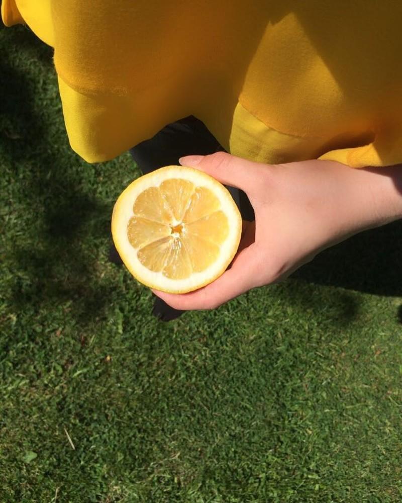 14. Прежде чем выжимать сок из лимона или лайма, помести его в микроволновку на 10 секунд. Процесс пойдет легче! еда, познавательно, фрукты, хитрости, хранение