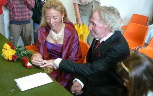 Старый миллионер с молодой женой блондинкой