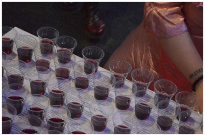 А не выпить ли нам вина с кровью феминистки? бывает же, выставка, кровь, позор, скандал, ужас