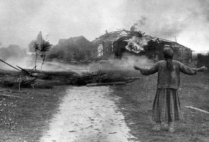 11. Женщина у сгоревшего дома, 1942 год