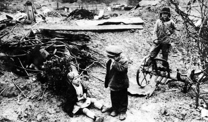4. Немцы разрушили дом и забрали в плен родителей этих детей, 1942 год