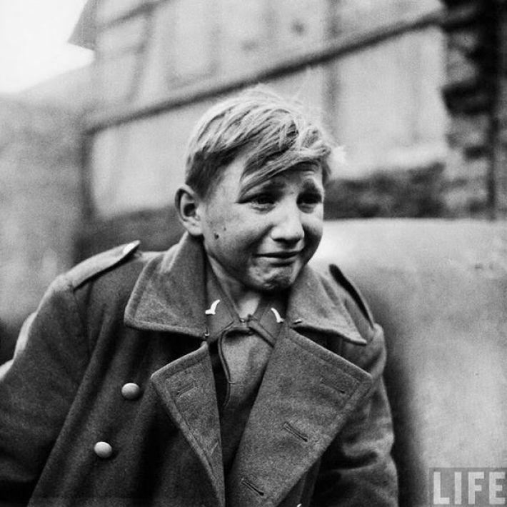 8. Юный солдат Вермахта плачет, узнав о захвате своей родины союзниками