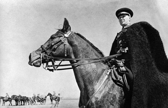 6.  Командир казаков наблюдает за своими войсками. Украина, 1942 год